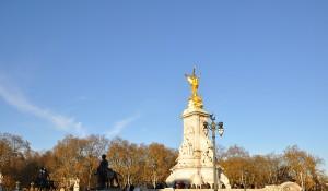 Památník Viktorie před Buckinghamským palácem.