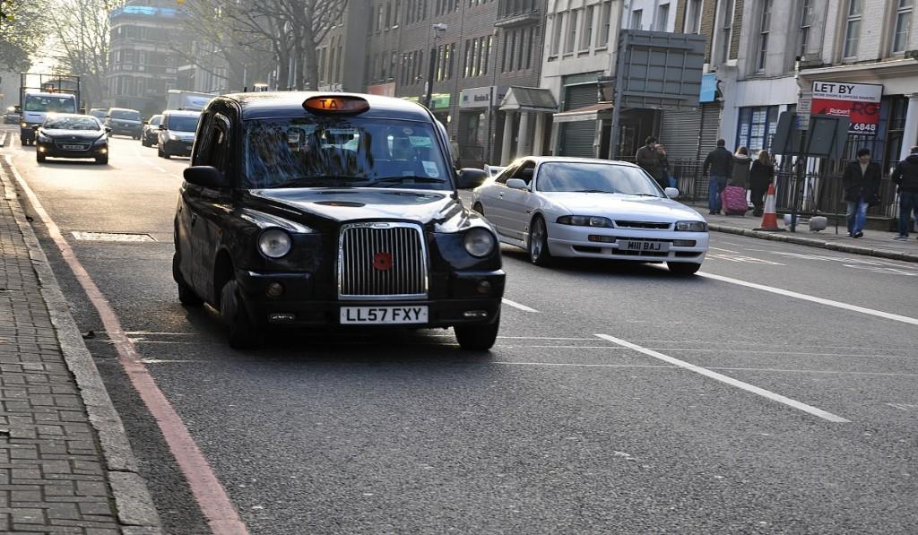 typický londýnský černý taxík