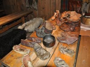 Ukázka dobových bot v expozici řemesel.